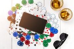 gambling Microplaquetas de pôquer, cartões e a tabuleta próxima dos dados na tabela de madeira Vista superior Copyspace poker foto de stock royalty free