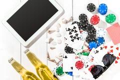 gambling Microplaquetas de pôquer, cartões e a tabuleta próxima dos dados na tabela de madeira Vista superior Copyspace poker imagem de stock