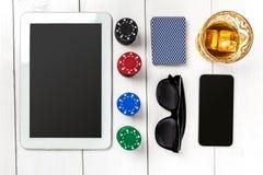 gambling Microplaquetas de pôquer, cartões e a tabuleta próxima dos dados na tabela de madeira Vista superior Copyspace poker fotos de stock