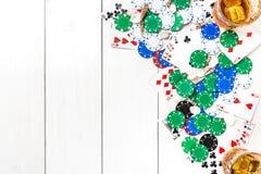 gambling Microplaquetas e cartões de pôquer na tabela de madeira Vista superior Copyspace poker fotos de stock