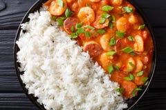 Gambo de la Nouvelle-Orléans avec les crevettes et le plan rapproché de saucisse dans un plat image libre de droits