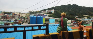 Gamcheon有雕塑的文化村庄全景  免版税库存图片