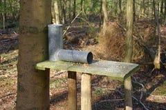 Gamebird förlagematare i skogsmark Fotografering för Bildbyråer