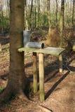Gamebird förlagematare i skogsmark Arkivfoto