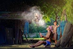 Gamecock grże to jest stylem życia zaludnia w Azja, Wiejski rolnik zdjęcie royalty free