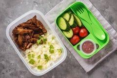 Gamelle avec l'agneau tiré, le riz bouilli et les légumes photo libre de droits
