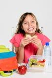 Gamelle emballée saine pour la fille d'école primaire images libres de droits