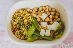 Gamelle saine de bureau avec de la salade mized de légumes Photos stock