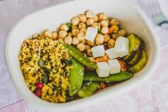 Gamelle saine de bureau avec de la salade mized de légumes Images stock