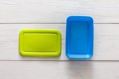 Gamelles en plastique vides sur le bois blanc, vue supérieure Photographie stock libre de droits