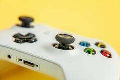 Gamepad branco do manche, console do jogo no fundo moderno na moda colorido amarelo do pino-acima da forma Competição do jogo do  imagem de stock royalty free