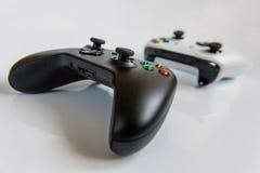 Gamepad branco e preto de dois manches, console do jogo isolado no fundo branco Competição do jogo da tecnologia do jogo do compu imagem de stock royalty free