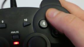 Gamepad en las manos masculinas almacen de metraje de vídeo
