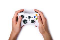 Gamepad in gamerhanden Stock Afbeeldingen