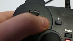 Gamepad nas mãos masculinas video estoque