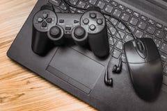 Gamepad på bärbara datorn fotografering för bildbyråer