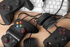 Gamepads, мышь и наушники Стоковые Фото