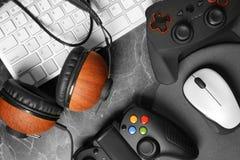 Gamepads, мышь, наушники и клавиатура Стоковые Изображения