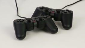 Gamepads en un fondo blanco gira almacen de metraje de vídeo