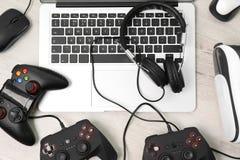 Gamepads, mysz, hełmofony i laptop, zdjęcia royalty free