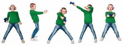 Gamer мальчика в наушниках с кнюппелем играя компютерную игру белизна изолированная предпосылкой коллаж стоковые фото