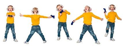 Gamer мальчика в наушниках с кнюппелем играя компютерную игру белизна изолированная предпосылкой коллаж стоковые фотографии rf