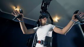 Gamer χρησιμοποιώντας τον εξοπλισμό VR για να παίξει Έννοια τυχερού παιχνιδιού εικονικής πραγματικότητας απόθεμα βίντεο
