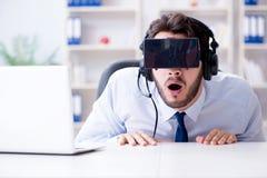 Gamer бизнесмена в офисе играя игры Стоковая Фотография RF