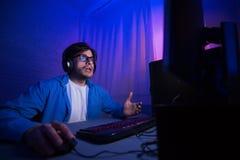 Gamer в Eyeglasses течь онлайн видео Playthrough стоковое изображение