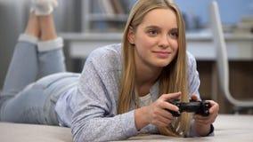 Gamer девочка-подростка играя стрелка с кнюппелем, развлечениями, часами досуга стоковые изображения rf