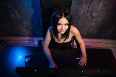 Gamer девушки в наушниках и с мышью компьютера в ее руке течь видео playthrough или walkthrough стоковые фотографии rf