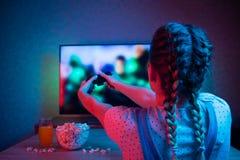 Gamer или девушка ленты дома в темной комнате с gamepad, играя с друзьями онлайн в видеоиграх с попкорном и мульти- стоковые фотографии rf