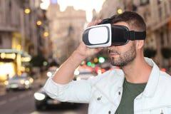Gamer наслаждаясь парой стекел VR стоковое фото