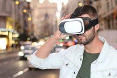 Gamer наслаждаясь парой стекел VR стоковые изображения rf