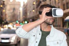 Gamer наслаждаясь парой стекел VR стоковое изображение rf