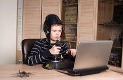 gamer 打网上个人计算机比赛的愉快的男孩 情感孩子戏剧和 库存图片