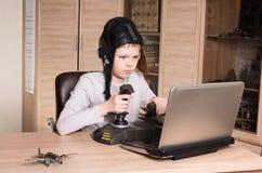 gamer 打网上个人计算机比赛的青少年的男孩 情感孩子戏剧和w 库存照片