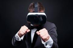 Gamer agressif avec des lunettes de réalité virtuelle Photo libre de droits