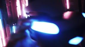 Gamer arrière de vue dans le casque de VR dans l'espace avec la lampe au néon banque de vidéos