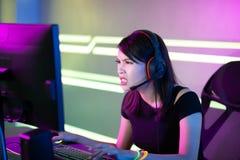 Gamer asi?tico do esporte do cyber da menina imagens de stock royalty free