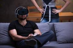 Gamer avec des lunettes de VR et amie fâchée Photo libre de droits
