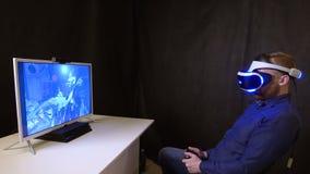 Gamer bawić się joystick w jego rękach w horrorach i skacze z jego krzesła dla strachu zbiory wideo