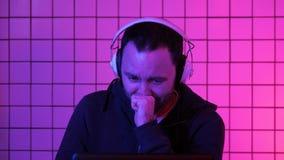 Gamer che grida corrente di sorveglianza come il suo gruppo perde fotografie stock libere da diritti