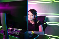 Gamer Cybersport имеет поток в реальном маштабе времени стоковое фото rf