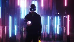 Gamer dans le casque de VR et jeu dans l'espace futuriste clips vidéos