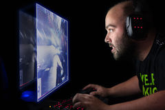 Gamer, der einen ersten Personentireur auf Spitzenpc spielt Stockfotos