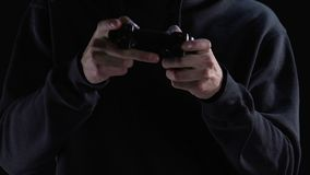 Gamer die actief knopen op bedieningshendel drukken, die zijn virtueel karakter controleren stock videobeelden