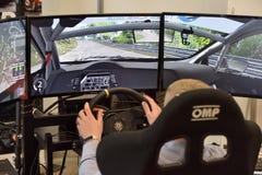 Gamer die een race van de autoverzameling speelt stock foto's