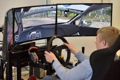 Gamer die een race van de autoverzameling speelt royalty-vrije stock foto