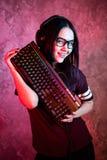 Gamer dziewczyna bawi? si? z komputerem w domu Młody żeński pozować z komputerową klawiaturą zdjęcia stock